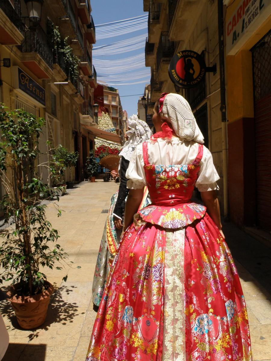 Ofrenda de flores y vestidos tradiciones de Fogueres de Sant Joan, Alicante